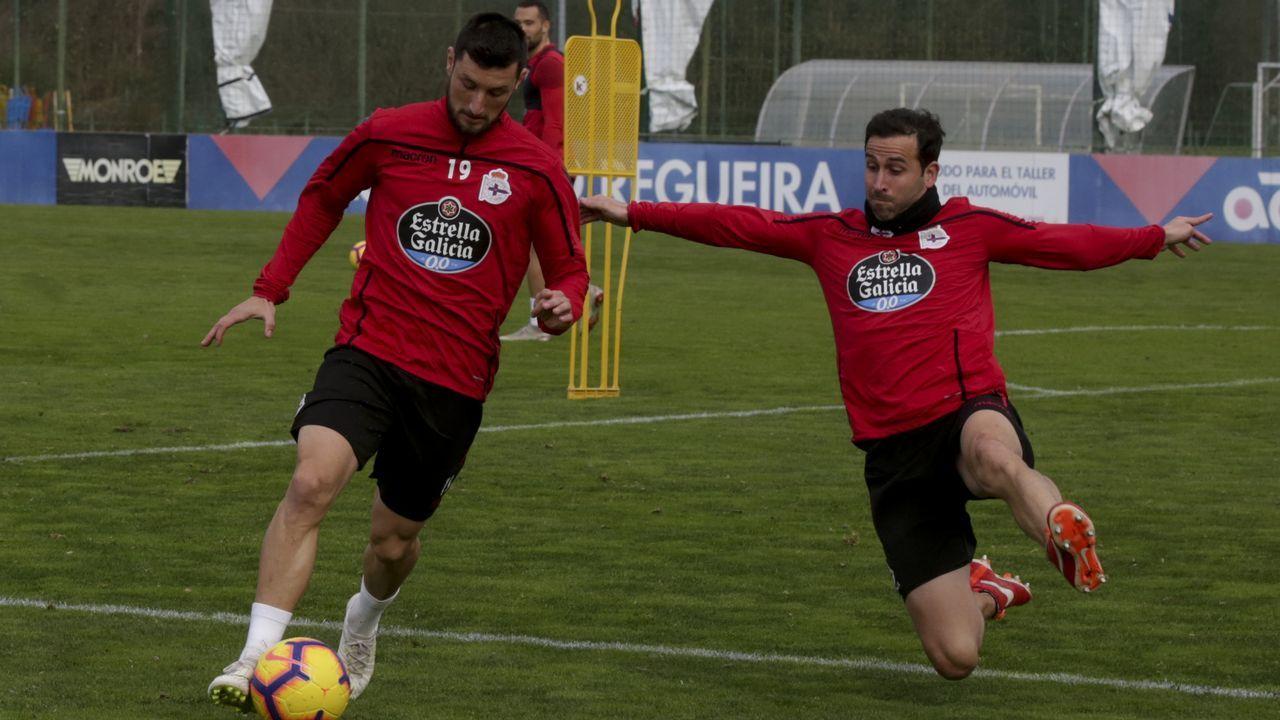 Las mejores imágenes del Deportivo - Extremadura.Íñigo López, a la derecha, trata de taponar un disparo de su compañero Borja Valle