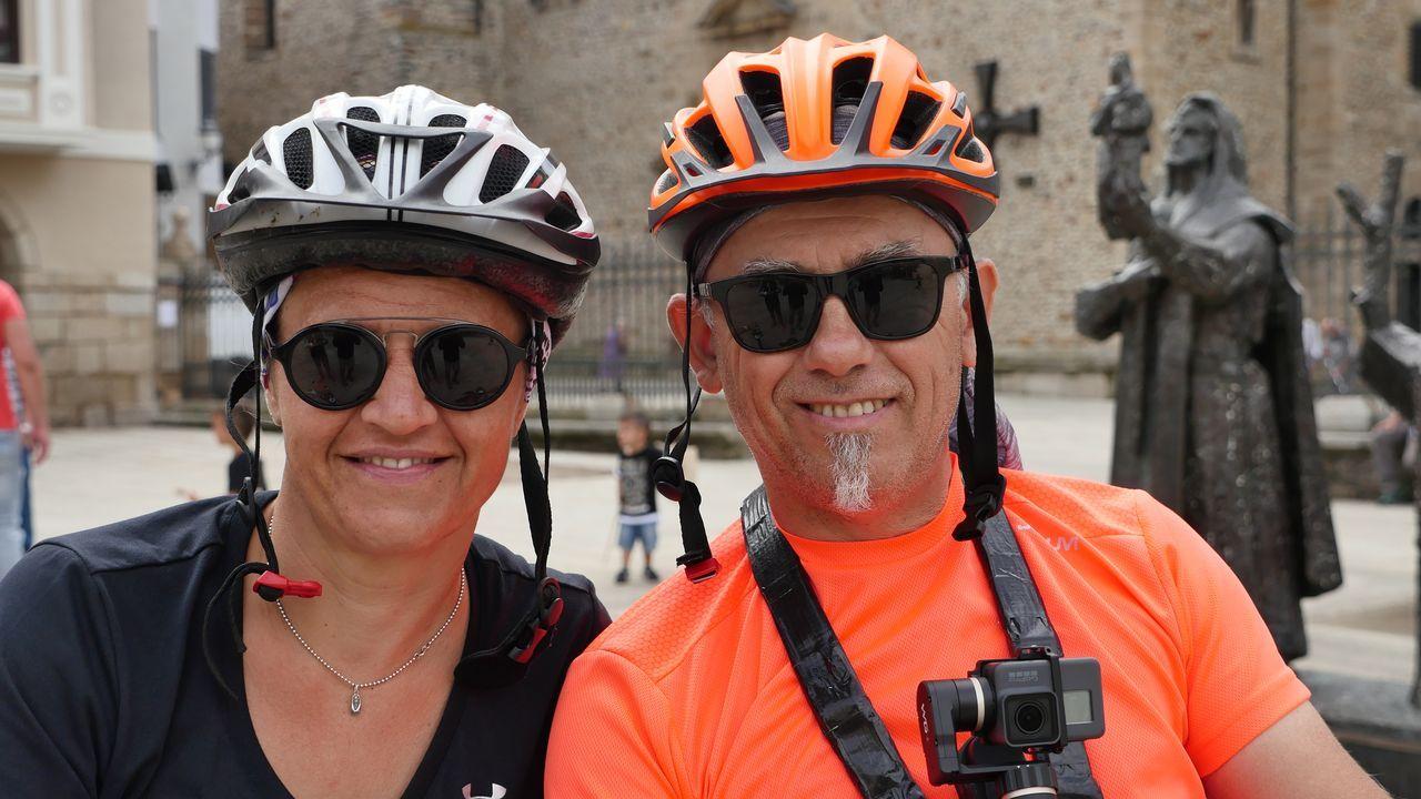 Alexia y Laurent, de Isla Reunión, posan en Ponferrada