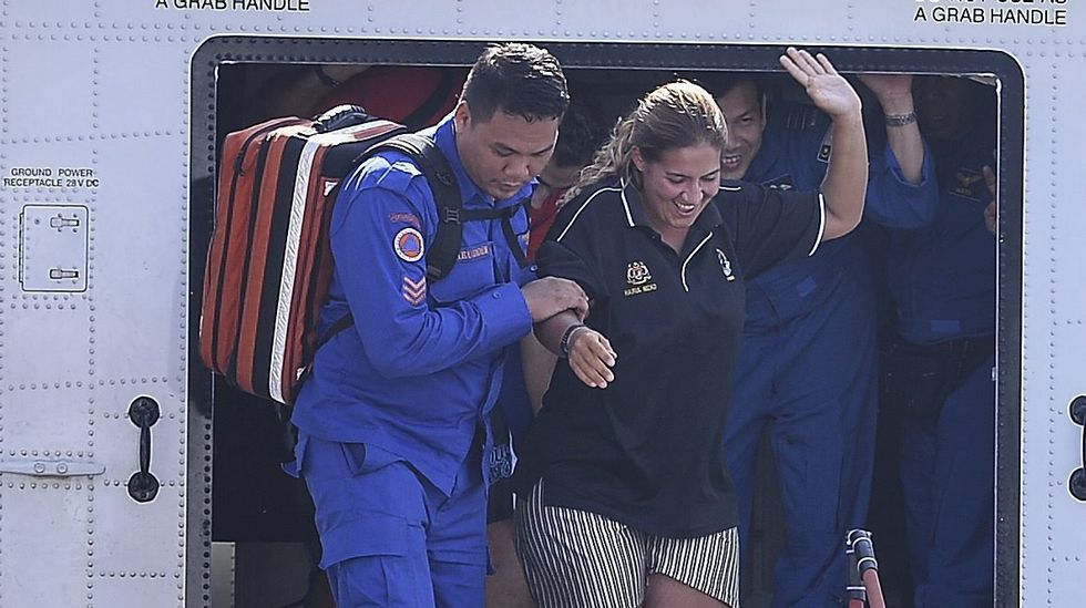 La española Marta Miguel desembarca del aparato saludando.
