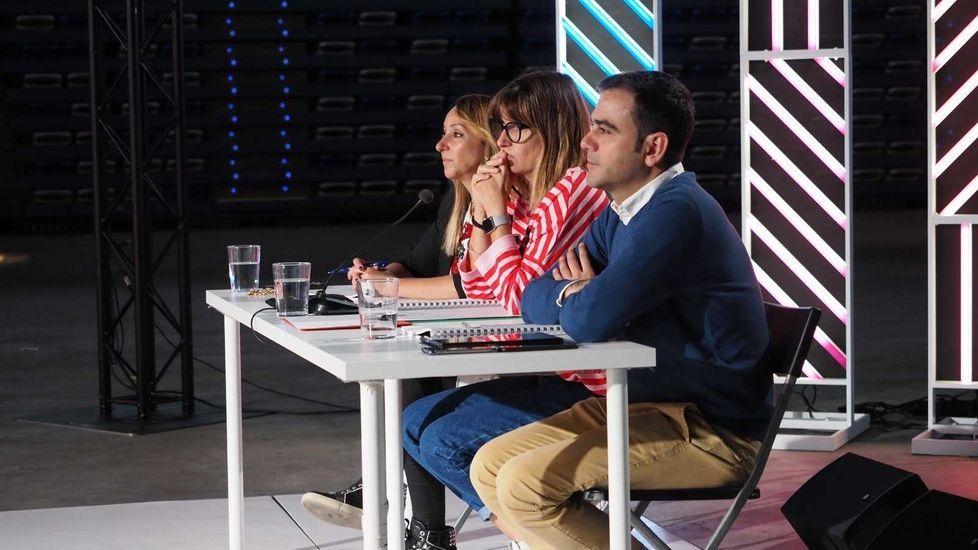 Así está siendo el casting de «Operación Triunfo» en Santiago.Noemí Galera colocándole la pegatina al gijonés Nayim Tamarine