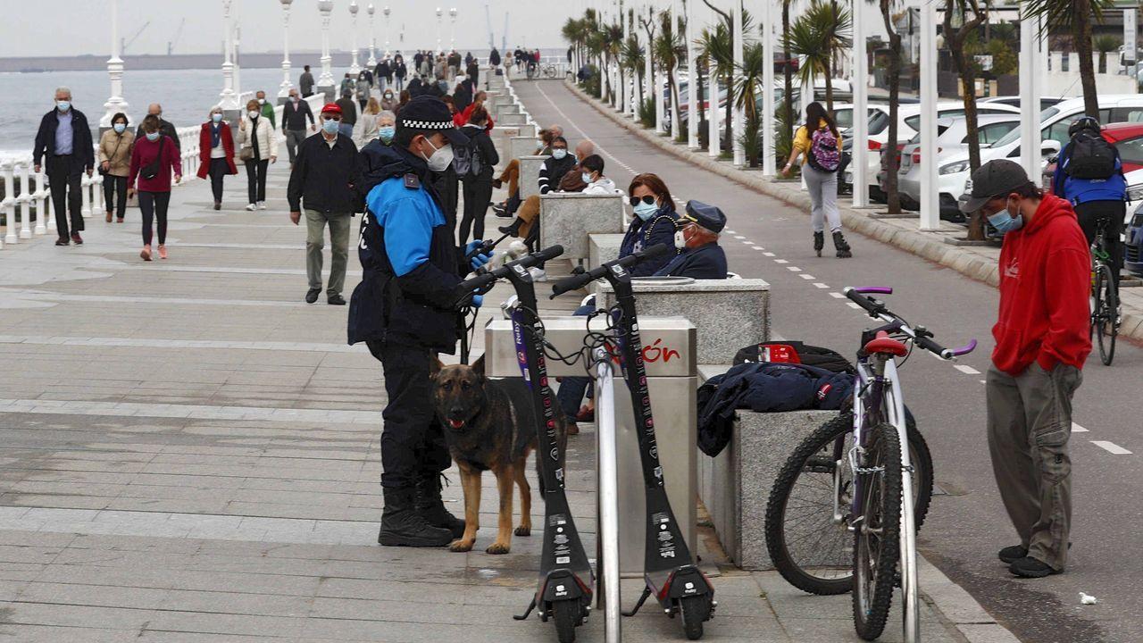 temporal olas.Un policía local de Gijón patrullas en el paseo de la playa de San Lorenzo de Gijón