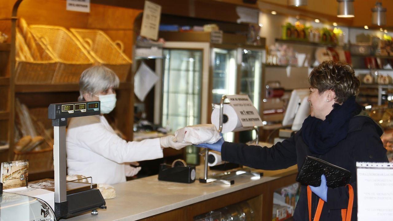 Comprando pasteles por el día del padre en una pastelería de Viveiro