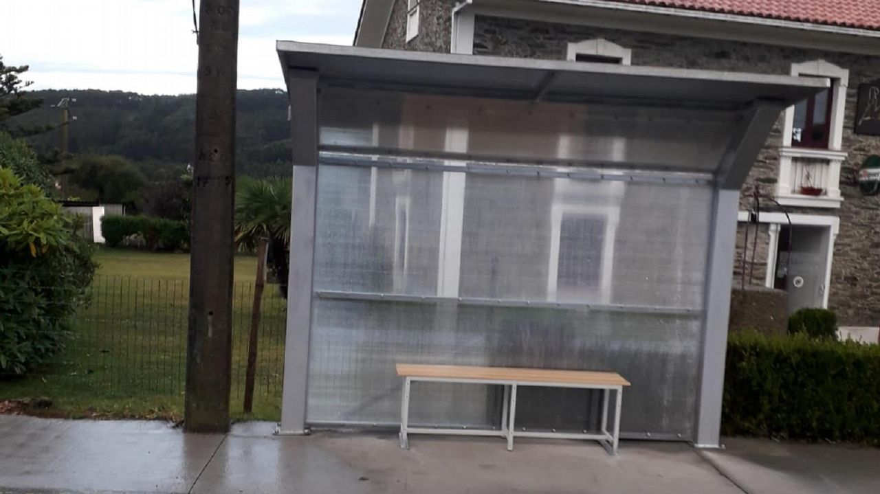 Los vecinos de Taraza, en la parroquia valdoviñesa de Meirás presentaron sus quejas por la falta de protecciones laterales de este refugio