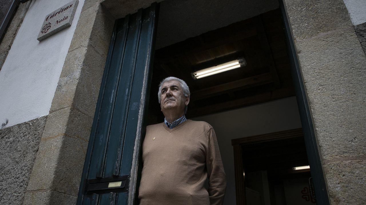 España registra 87 nuevos muertos por coronavirus, la cifra más baja en dos meses.Técnicos sanitarios del Hospital Universitario Central de Asturias (HUCA), trabajan en el interior de la cabina de seguridad del laboratorio de virología de este centro de referencia del Principado