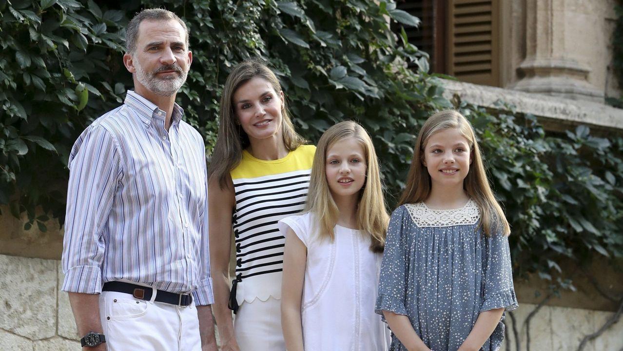 Los Reyes Felipe y Letizia junto a la princesa Leonor  y la infanta Sofía durante el tradicional posado ante los medios gráficos hoy en el Palacio de Marivent, con motivo de sus vacaciones en Palma en julio de 2017