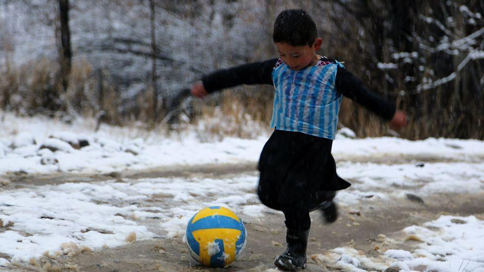 Murtaza Ahmadi, imitando a su ídolo, Lionel Messi