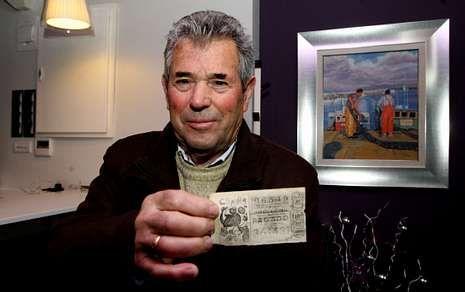 Loterías lanza el nuevo spot del sorteo del Niño.José Fontoira muestra una copia del número que dejó en O Grove 200 millones de pesetas en 1982.