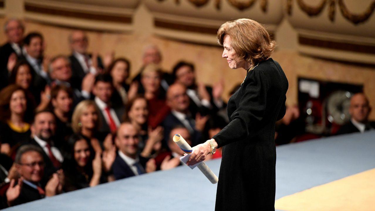 La bióloga Sylvia A. Earle es aplaudida tras su discurso en la ceremonia de entrega de los Premios Princesa de Asturias.