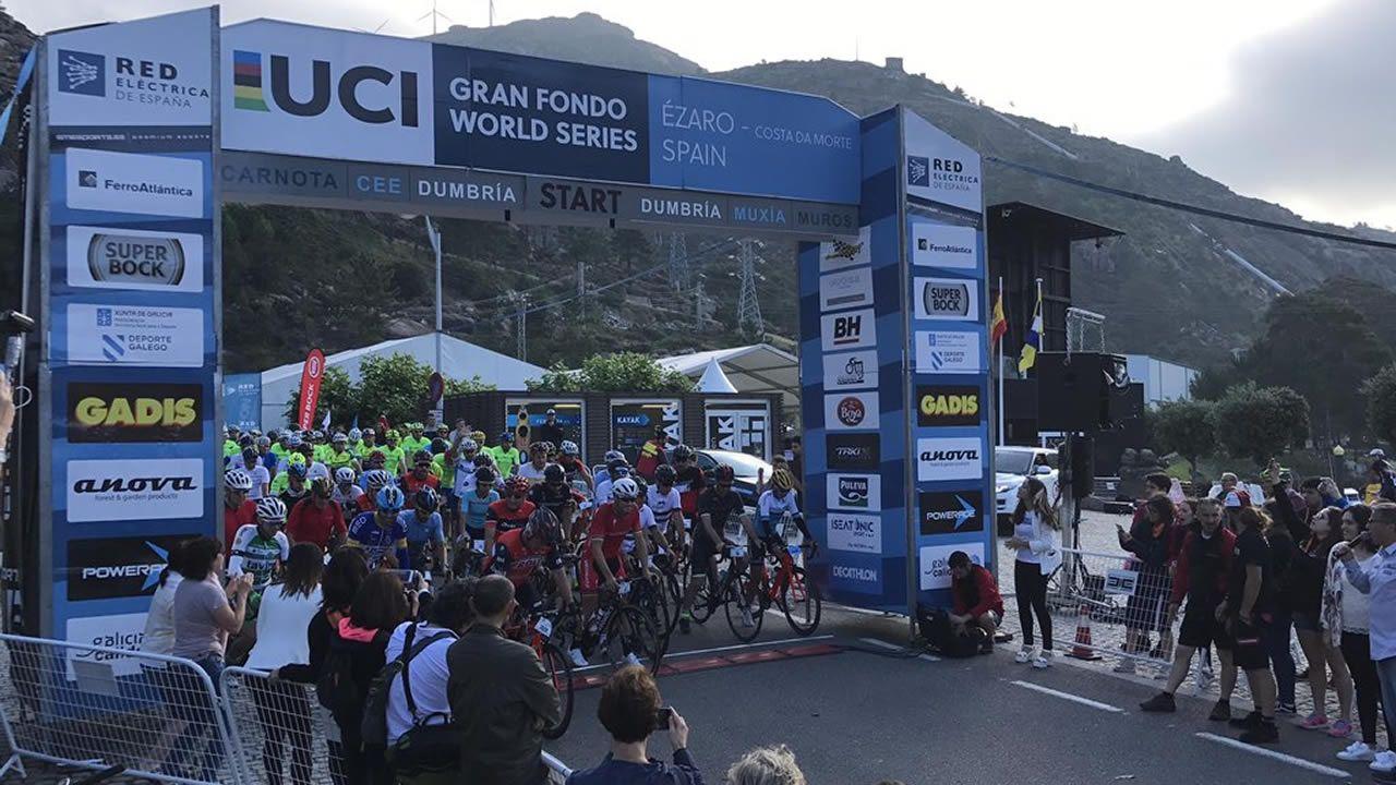 El Gran Fondo Ézaro de más nivel ¡compruébalo en imágenes!.El francés Thibaut Pinot (Groupama FDJ) en los últimos metros de la decimoquinta etapa de la Vuelta 2018. ARCHIVO