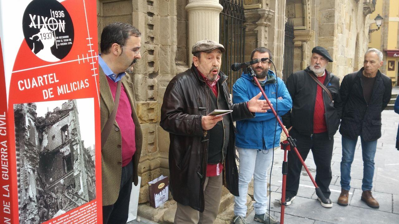 Rafael Velasco, Jesús Montes y Toño Huera, ayer, con una réplica de uno de los paneles en primer término, ante el Palacio de Revillagigedo