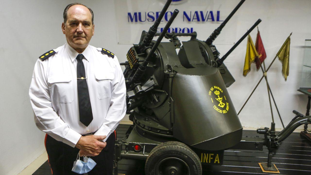 El director del Museo Naval, Juan López Lariño, posa ante una ametralladora antiaérea en la nueva sala dedicada a la Infantería de Marina