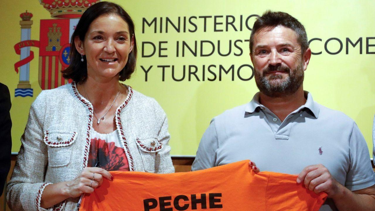 La ministra de Industria y el presidente del comité de empresa de A Coruña el día de la firma de la venta de las plantas a Parter, el 31 de julio del 2019