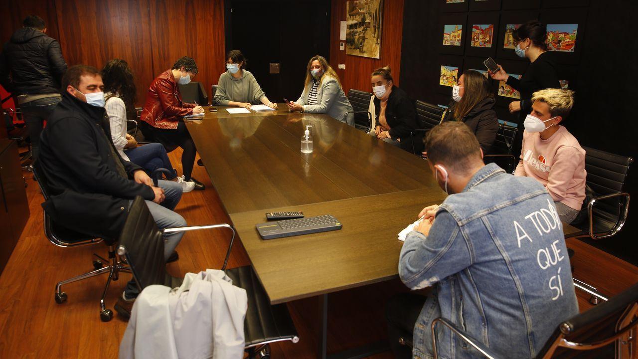 Juan Carlos I desaparece de las calles de Pontevedra.Presentación del borrador del plan Supera21 a asociaciones de comerciantes y hosteleros de Pontevedra
