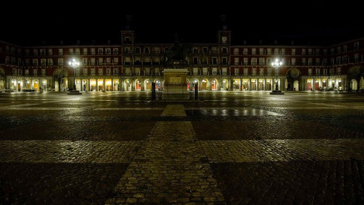 Galicia inaugura un mes de más restricciones entre protestas de la hostelería.La plaza Mayor de Madrid desierta durante el toque de queda