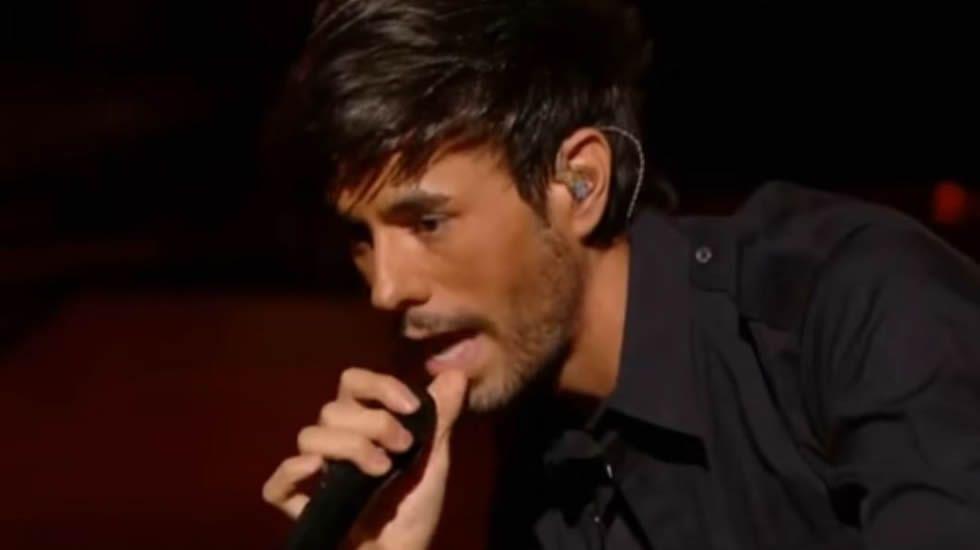 Enrique Iglesias canta «Duele el corazón»