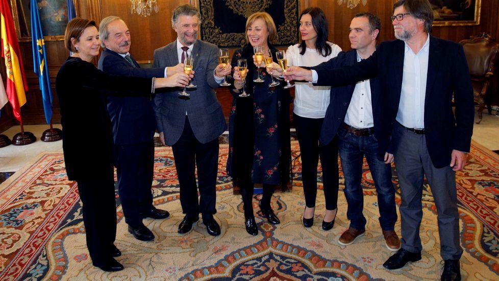 Los concejales del PP de Avilés Francisco Zarracina, Alfonso Araujo y Constantino Álvarez abandonan el pleno por diferencias con su grupo municipal.Los alcaldes de Oviedo, Wenceslao López Martínez (2i), el presidente de la Federaci, durante el brindisón Asturiana de Concejos (FACC), Ignacio García Palacios (3i), las alcaldesas de Gijón, Carmen Moriyón (i), Aviles, Mariví Monteserín (c) Castrillon, YasminaTriguero (3d), Corvera, Ivan Fernandez (2d) y de Illas, Alberto Tirador (d) durante el tradicional brindis de Fin de Año de los alcaldes asturianos celebrado en Avilés.