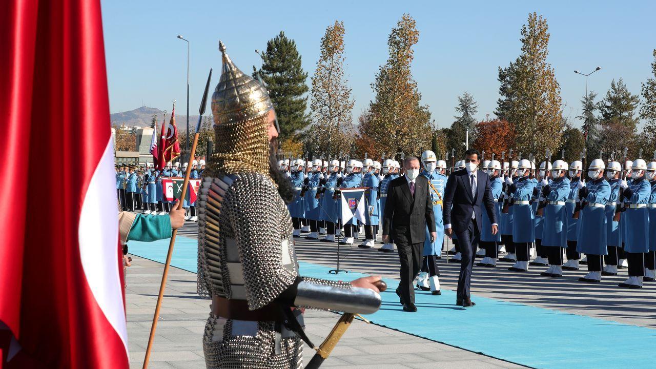 Erdogan pasa revista a la guardia de honor junto al emir de Catar
