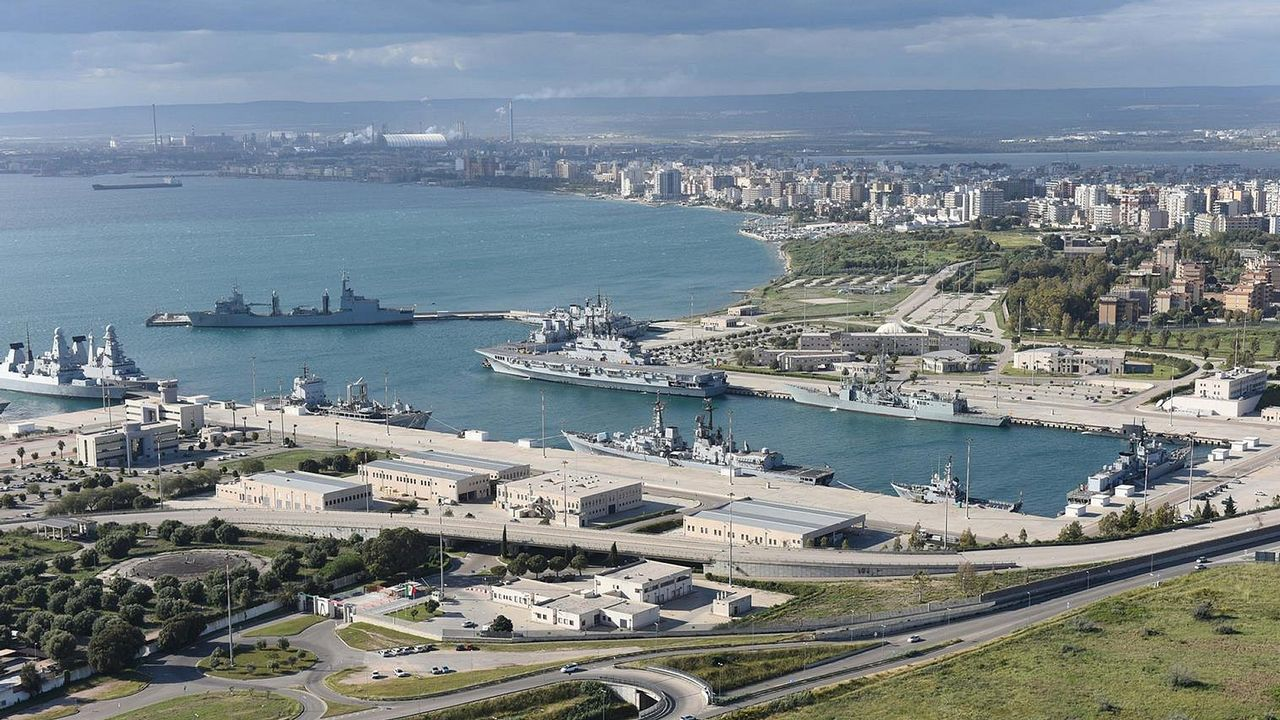 El Cantabria ya opera con la Marina de Italia.Cada paso entre castillos de la gigantesca estructura causó gran expectación a orillas de la ría