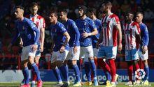 Los futbolistas del Real Oviedo se disponen a defender un balón parado frente al Lugo