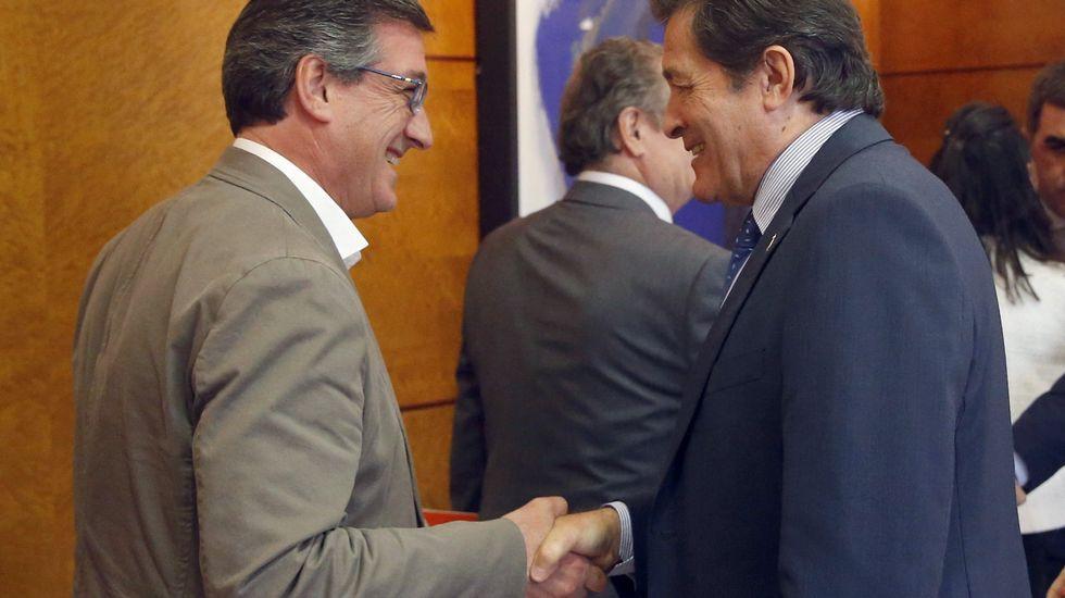 El presidente del Principado, Javier Fernández, y el rector de la Universidad de Oviedo, Santiago García Granda, firman el contrato-programa.Francisco Álvarez-Cascos