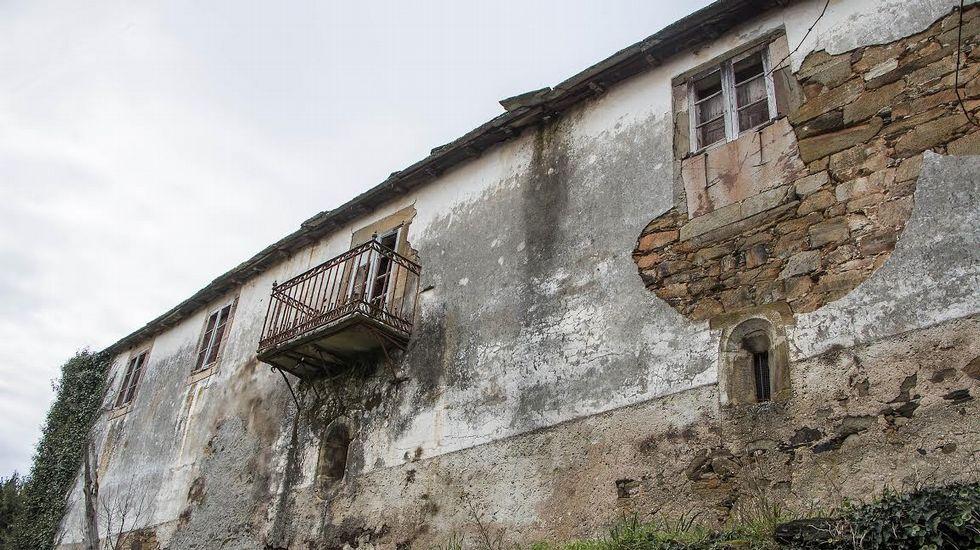 Fachada con balcón en la Casa de Supereiro