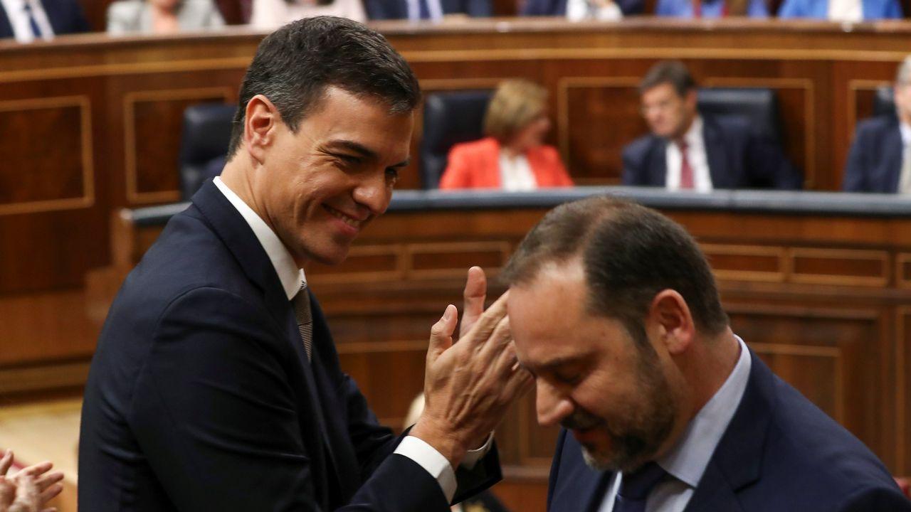Pedro Sánchez aplaude a su secretario de organizacion, José Luis Ábalos