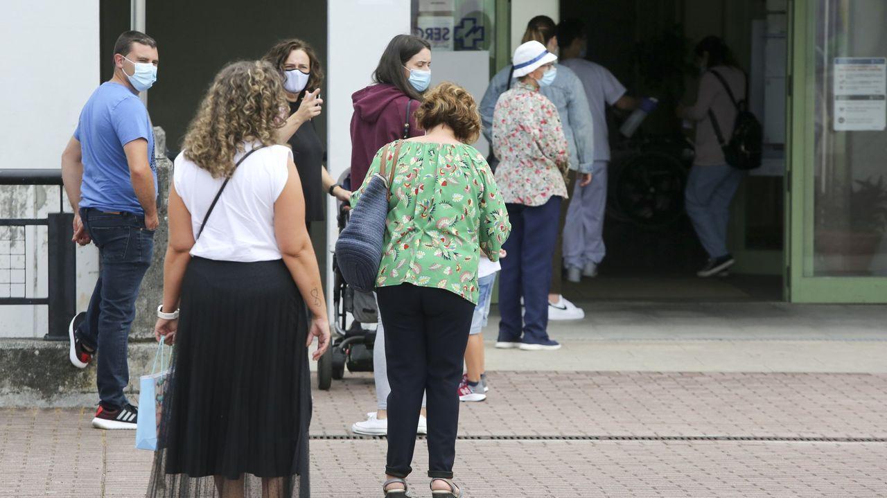 El Rali Cidade de Narón debuta en la Copa de España de Ralis de Asfalto.Pacientes esperando para entrar en el centro de salud de Narón en una imagen de archivo
