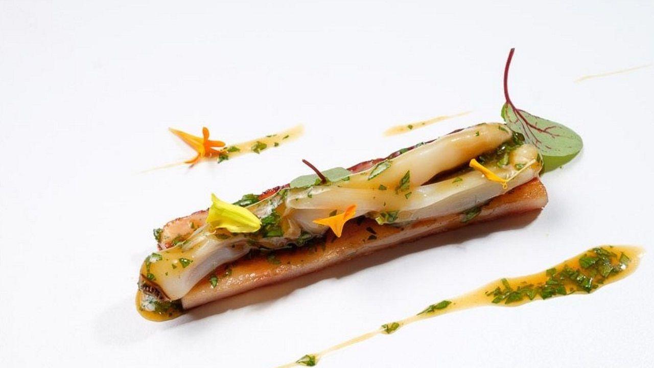 Rafa Centeno. Darle una vuelta a un producto tradicional gallego es lo que consigue Rafa, en su restaurante Maruja Limón, con una cacheira con navaja, hierbas y cítricos. Todo un ejercicio de creatividad.