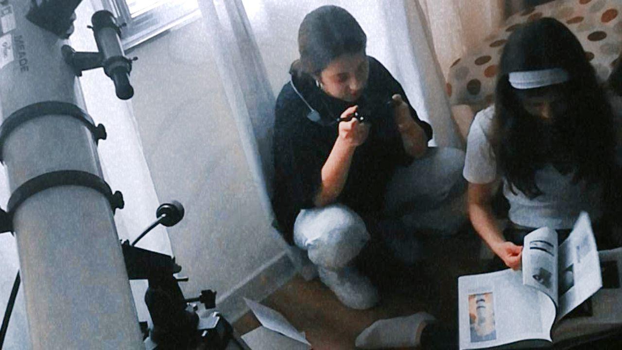 Dos de las alumnas del IES Sánchez Cantón, durante los preparativos del vídeo sobre Vera Rubin