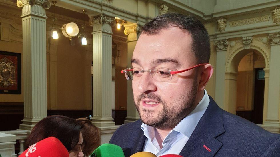 Adrián Barbón atiende a los medios en la Junta General del Principado