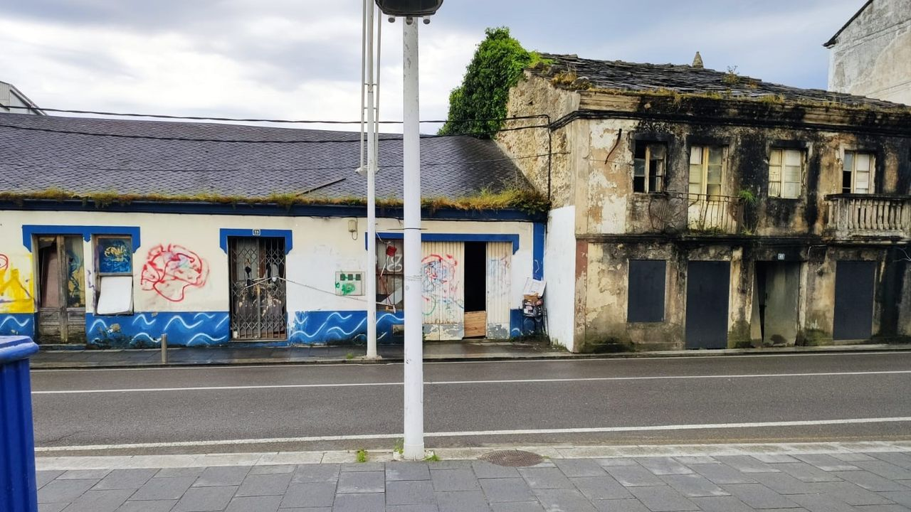 Los inmuebles de la imagen, situados en Suasbarras (Covas), llevan años abandonados e incluso han sido okupados