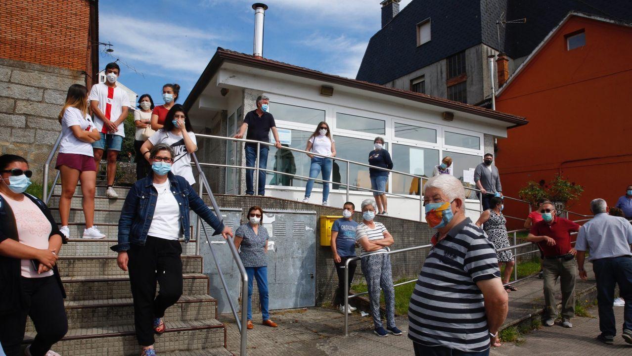 Concentración de vecinos de Ponte Sampaio ante el consultorio médico que tuvo lugar el pasado mes de mayo