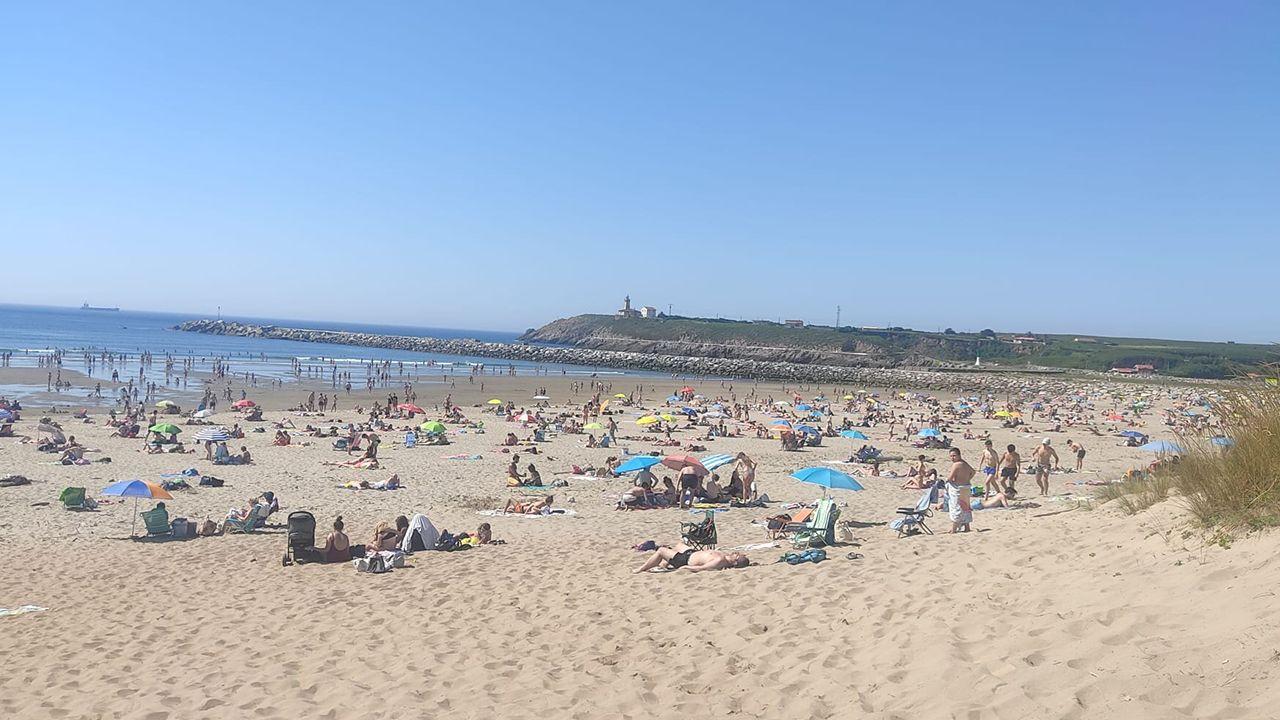 Así están las playas asturianas al rozar los 30 grados.La playa de Rodiles durante la primera ola de calor del año en el Principado