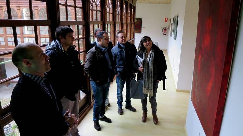 Santiago Covelo, Pepe Barxa, Nacho Gómez, Humberto Loureiro y Manuel Valcárcel, cinco de los artistas representados en la exposición, ayer en el Centro do Viño junto a una obra de Barxa