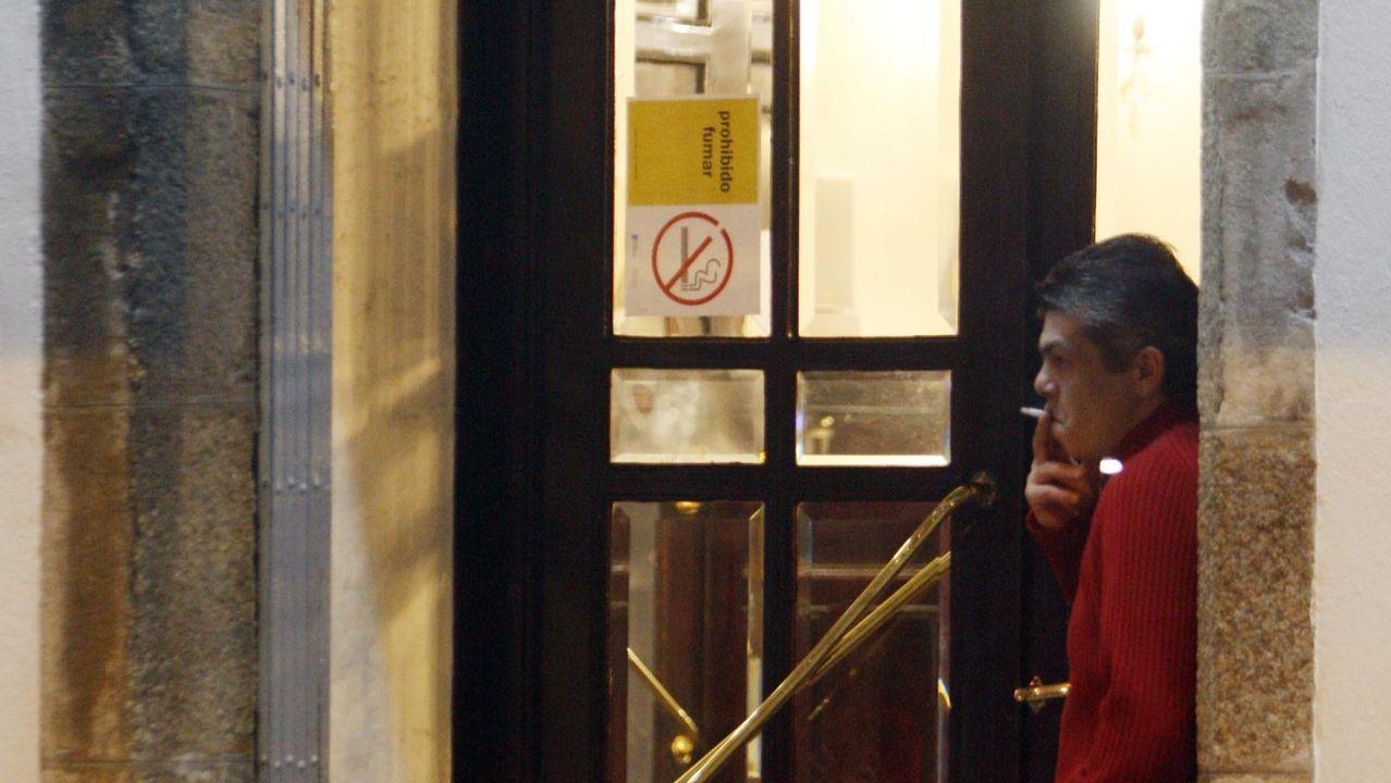 Un cliente fuma en la puerta en 2011, recién estrenada la Ley Antitabaco
