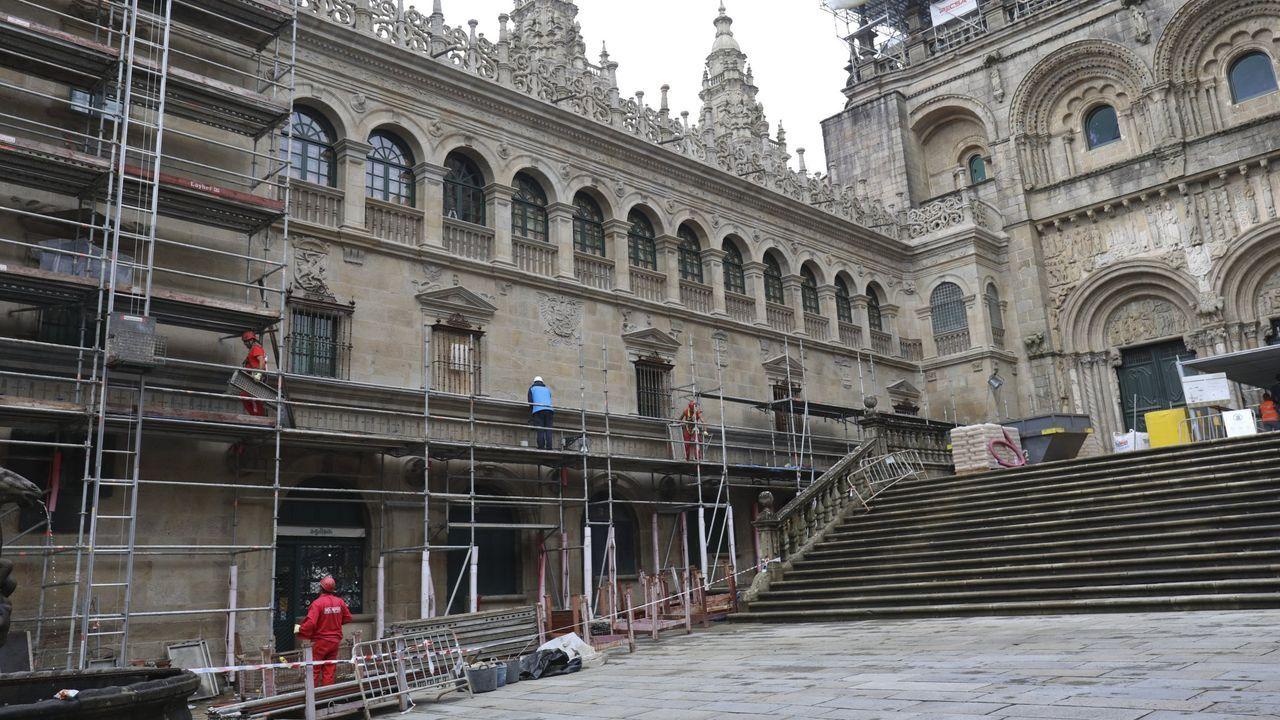 La Catedral de Santiago se pone a punto.Retirada de andamios de la fachada de Praterías, el pasado septiembre