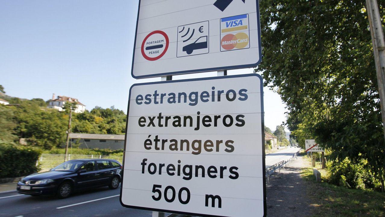 Los incendios dejan al menos 32 muertos en Portugal.Peaje en una autovía de Portugal
