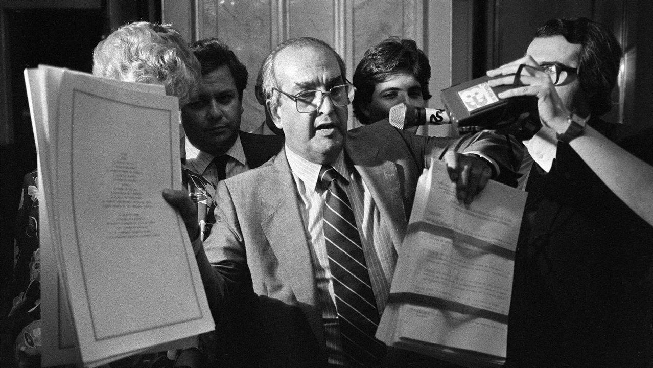 El ministro de Asuntos Exteriores, Fernando Morán, mostrando a los periodistas los documentos del Tratado de Adhesión de España a la Comunidad Económica Europea (CEE)