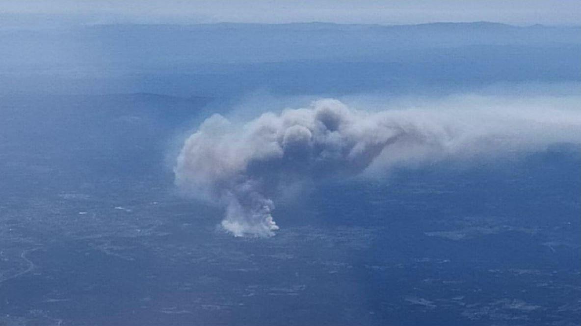 Una fotografía tomada desde un avión de pasajeros que sobrevolaba el valle de Lemos el jueves por la tarde muestra la gran humareda provocada por el incendio