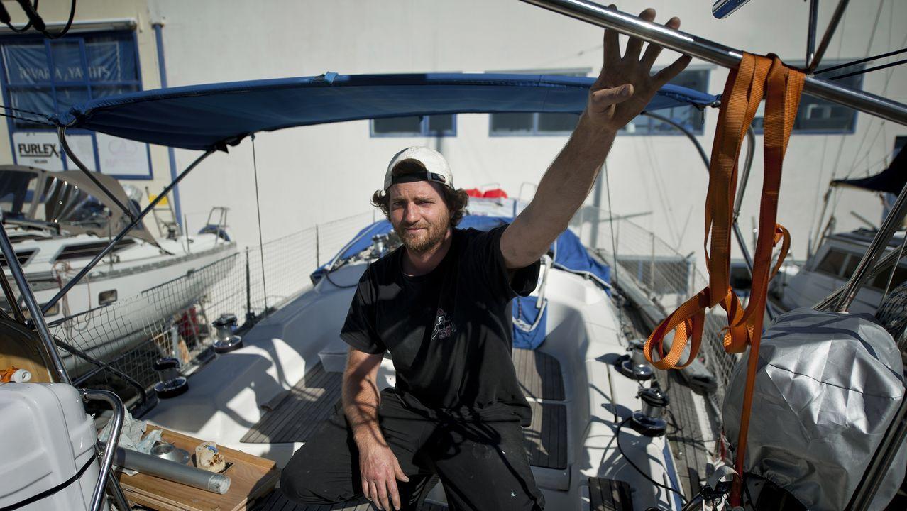 Benjamin Hollard estará un par de semanas en Sada mientras reparan su barco en el muelle.