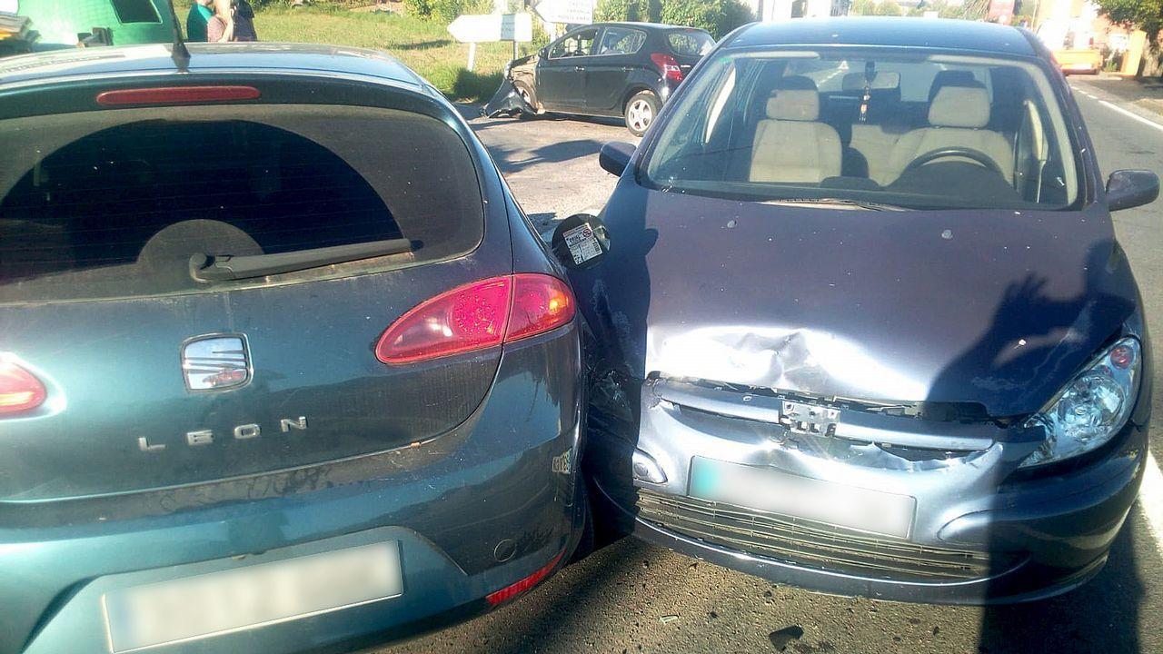 Accidente en la calle Emília Pardo Bazán de Ourense.El coche de Teis quedó volcado en la mediana de la AP-9