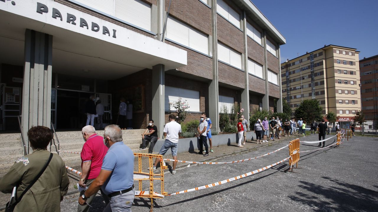 Votantes a las puertas del CEIP Paradai, en Lugo
