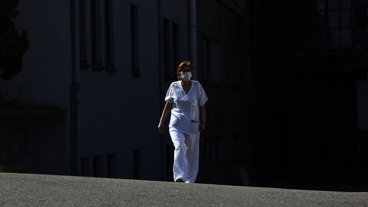 Una trabajadora con mascarilla, esta semana, en el Hospital Montecelo de Pontevedra