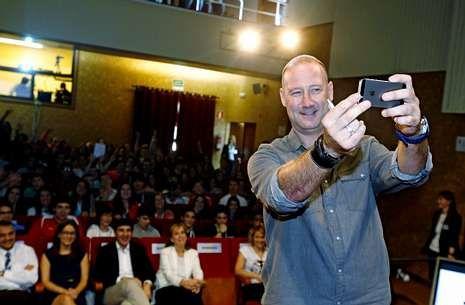 Aguado se hizo un «selfie» con el público al fondo en la charla que ofreció en Bertamiráns.