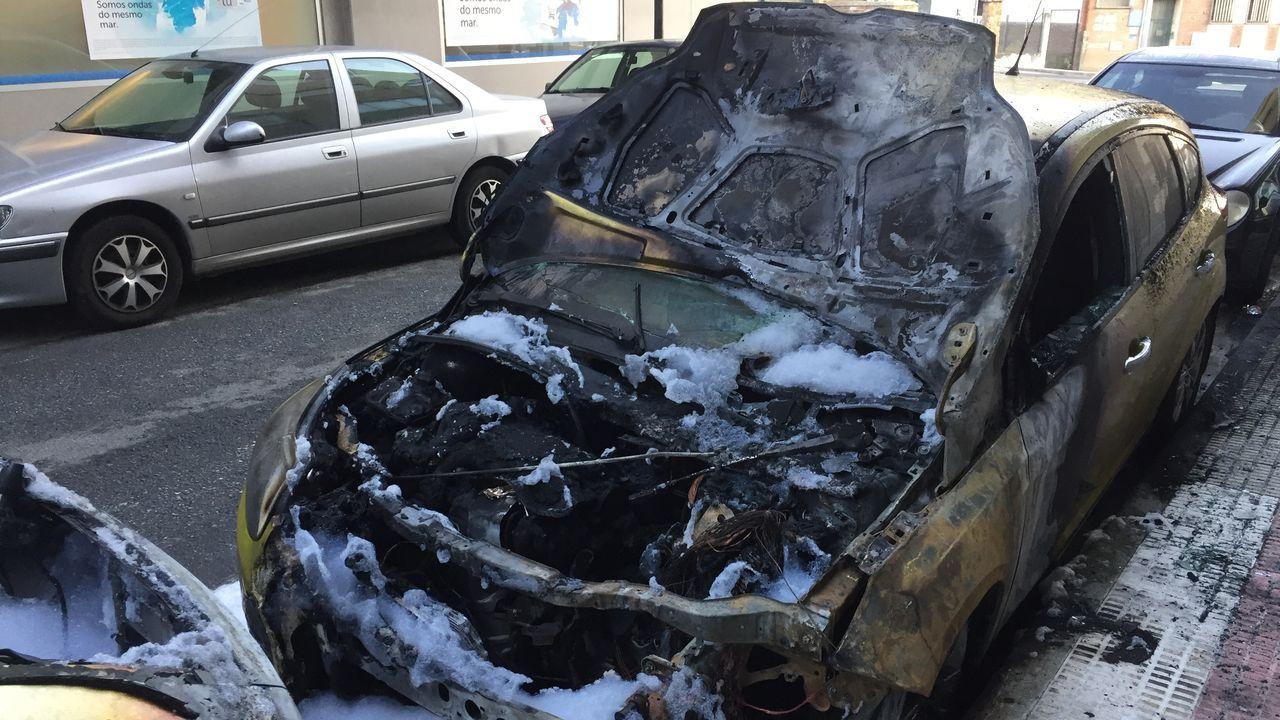 Ardendos vehículos en Arteixo.UNA MIEMBRO DE LA CRUZ ROJA ATAVIADA CON MASCARILLA ANTE LA AVALANCHA DE BASURA DEL DESASTRE DE BENS EN LA ZONA DEL  PORTIÑO
