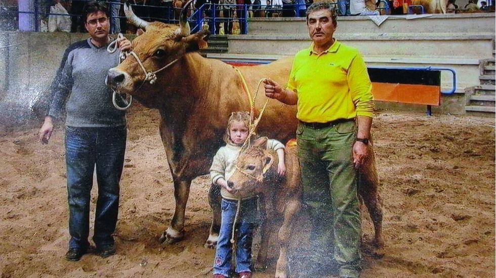 La pequeña Sonia Martínez, con cuatro años, abraza a la xata «Golondrina» en una feria en 2004