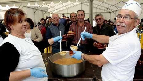 La Feira das Fabas llena Ponteceso de sabor.Los cocineros prepararán más de 250 kilos de habas.