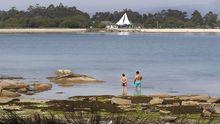 Dos bañistas en una playa de A Illa