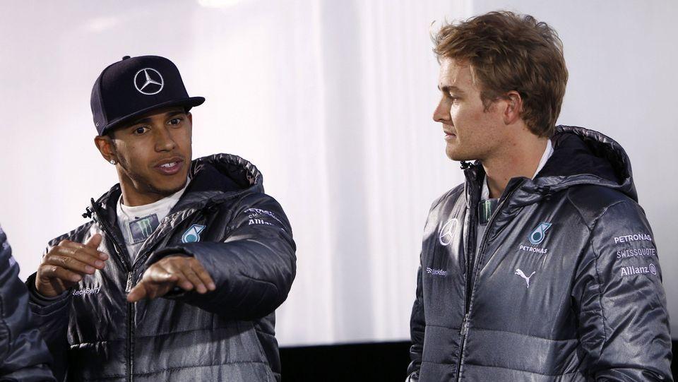 Primer día de entrenamientos en Jerez.Fernando Alonso, con Lara Álvarez, en el motorhome de McLaren.