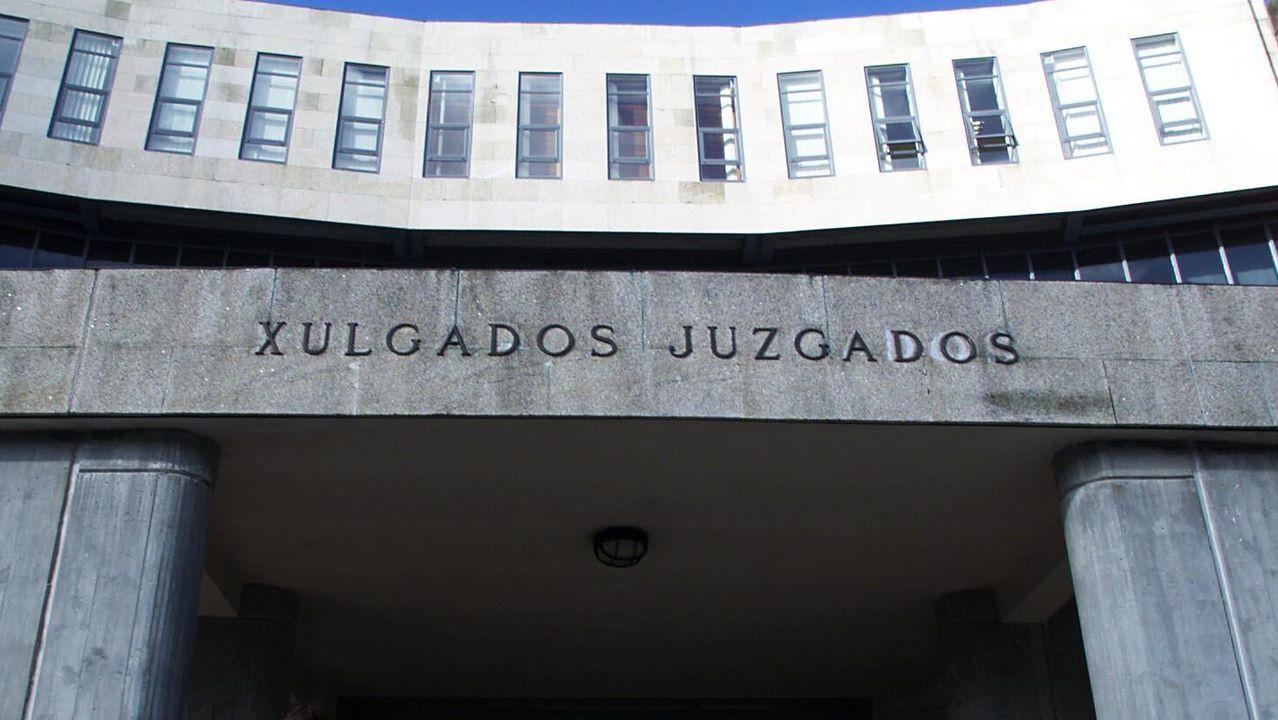 Una empresa especializada en desalojos logra que unos okupas abandonen un piso en Santiago.Julián Eduardo V. T., a su llegada a los juzgados de Ordes tras ser extraditado desde Colombia